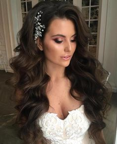 12 Long Mermaid Waves Wedding hairstyles for long hair are fairly simple for women who sport healthy lengthy locks. For thick extra long hair try a wavy hairstyle mermaid waves with an elegant hair piece and voluminous side bangs. Wavy Wedding Hair, Long Hair Wedding Styles, Wedding Hairstyles For Long Hair, Elegant Hairstyles, Wedding Hair And Makeup, Long Hair Styles, Hairstyle Wedding, Trendy Wedding, Hairstyle Ideas