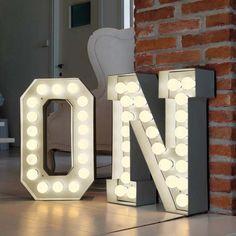 Decoração com letras iluminadas + DIY - http://comosefaz.eu/decoracao-com-letras-iluminadas-diy/ Mais
