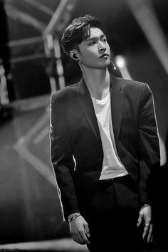 Exo lay zhang yixing - picture for you Yixing Exo, Chanyeol Baekhyun, Park Chanyeol, Kris Wu, Shinee, Kai, Kdrama, Kim Minseok, Korean Boy