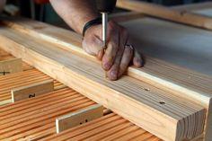 Beim Verschrauben darauf achten, dass das Rahmenholz sich nicht verschiebt.