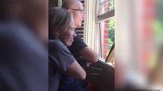 Vídeo: Más de 400 alumnos cantan a su profesor enfermo de cáncer.  | Actualidad | EL PAÍS