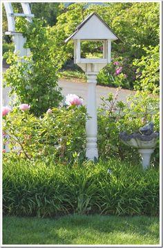 Wonderful birdhouse/feeder Idea!  http://fishtailcottage.blogspot.com/2014/04/fishtail-cottages-garden-42814.html?m=0