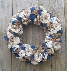 Őszi ajtódísz makkokkal, szívekkel kék színben, Dekoráció, Otthon, lakberendezés, Dísz, Falikép, Egy patakparti séta során találtam egy kidőlt fűzfát. Az ágaiból készítettem a koszorúala..., Meska Summer Wreath, Topiary, Christmas Inspiration, Burlap Wreath, Crafts To Make, Flower Arrangements, Flowers, How To Make, Diy