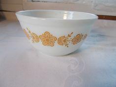 Pyrex White Gold Nesting Bowl Round 1 1/2 Qt. Daisy Butterfly #Pyrex