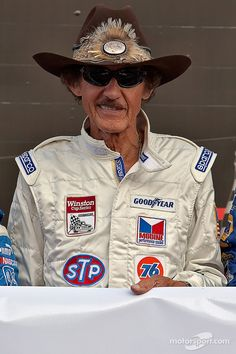 STP celebrates King Richard Petty's 25th Anniversary of his 200th Grand National win at the Daytona International Speedway before the start | Main gallery | Photos | Motorsport.com