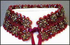 Kronleuchterjuwelen Glasperlenschmuck - breites bordeauxrotes Perlenspitzen-Halsband
