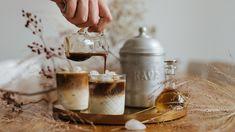 Ať je horko nebo zima, káva se pije pořád. Zatímco vzimních měsících si ji člověk občas rád dopřeje smedem nebo nějakým tím alkoholem, letním měsícům dominují ledové kávové nápoje. Tenhle je super jednoduchý apřitom vám svou neobyčejnou chutí vyrazí dech. Filtrované espresso asi všichni znají, zkuste si tentokrát přípravu tzv. cold brew, tedy louhování za studena.