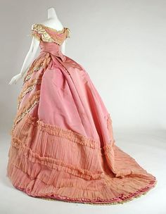 Pink Silk Ball Gown With Lace Runched Hem (Rear View) -- Circa 1868 -- French -- Metropolitan Museum of Art Costume Institute Civil War Fashion, 1800s Fashion, 19th Century Fashion, Edwardian Fashion, Vintage Fashion, Fashion Fashion, Antique Clothing, Historical Clothing, Historical Dress