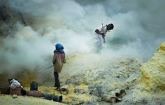 Photographer Documents the Strenuous Labor of Sulfur Miners at Indonesia's Kawah Ijen Volcano - My Modern Met