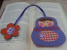 marcapaginas matriuska hecho de fieltro un bonito detalle para animar a tus lecturas Creative Bookmarks, Diy Bookmarks, Crochet Bookmarks, Cross Stitch Bookmarks, Felt Crafts, Diy And Crafts, Crafts For Kids, Felt Bookmark, Felt Embroidery