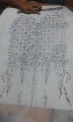 Embroidery Tattoo, Bead Embroidery Patterns, Embroidery On Clothes, Flower Embroidery Designs, Embroidery Motifs, Beaded Embroidery, Fabric Patterns, Machine Embroidery, Whole Cloth Quilts