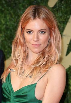 Sienna Miller walks a chic line between pink and blonde without it feeling too in-your-face. Rose Gold Blonde, Silver Blonde, White Blonde, Rose Gold Hair, Lilac Hair, Gray Hair, Blue Hair, Brown Hair, Sienna Miller