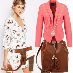 Un outfit, floreale per il vestito, corto sopra, le ginocchia, abbinata , a una giacca, rosa pesca, che richiama, il colore dei fiori, saqndali color cuoio, con frange, piu' borsa uguale!