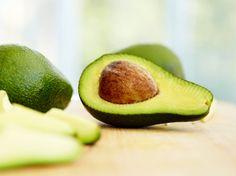 Aufgeschnittene Avocado auf Brettchen