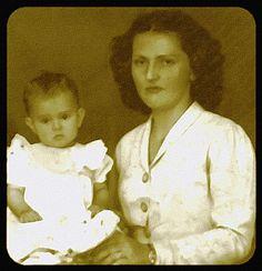 Rosita Burlamaque de Oliveira - minha avó materna, segurando minha mãe