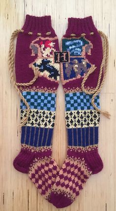 Ravelry: Tylypahka-sukat, Hogwarts socks pattern by Pauliina Mathlin - lochmuster sitricken Free Knitting Patterns For Women, Barbie Knitting Patterns, Knit Patterns, Knitting Tutorials, Stitch Patterns, Fair Isle Knitting, Loom Knitting, Knitting Socks, Vogue Knitting