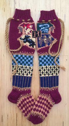 Ravelry: Tylypahka-sukat, Hogwarts socks pattern by Pauliina Mathlin - lochmuster sitricken Free Knitting Patterns For Women, Barbie Knitting Patterns, Knit Patterns, Knitting Tutorials, Stitch Patterns, Fair Isle Knitting, Loom Knitting, Knitting Socks, Vogue Knitting