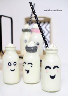 Dieses süße DIY kannst du ganz einfach selbst machen, mit Druckvorlage zum basteln Marshmallowcreme in süßen Mini Milchflaschen die ihr ganz einfach selbst gestalten könnt, Rezept und Anleitung auf meinem Blog #Marshmallowcreme #Marshmallow #nachtisch #dessert #DIY #Kawaii #niedlich #süss #kinder #rezept #kindergeburtstag Marshmallow Creme, Dessert, Christmas Ornaments, Holiday Decor, Mini, Party, Blog, Kawaii Cute, Print Templates