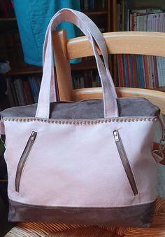 Sac Java blanc et gris en suédine cousu par Myriam - Patron Sacôtin