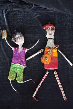 Figuren aus Pappmasche von Jeanett Rotter aus Buch Papier hergestellt und mit Acrylfarben bemalt.