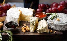 Käseplatte anrichten: Wir zeigen mit Bildern, was auf das Brettchen gehört und wie Sie mit Nüssen, Dips und Kräutern die Käseplatte dekorieren.