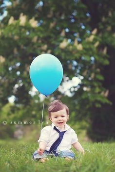 The ballon makes the picture more interesting, it would be cute in black and white with just the ballon in color too. 1 Year Pictures, First Year Photos, Boy Pictures, Balloon Pictures, Children Photography, Family Photography, Cake Photography, Photography Ideas, Foto Pastel