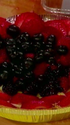 10 Minute Fruit Tart Rachael's no-bake fruit tart is flavorful AND healthy. Tart Recipes, Baking Recipes, Dessert Recipes, Just Desserts, Delicious Desserts, Yummy Food, Low Carb Deserts, Brunch, Fruit Tart
