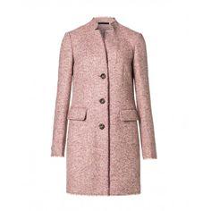 Cappotto, in tweed di misto lana, foderato, con due tasche a pattina e un taschino sul petto.