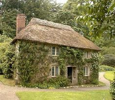 Cornish Cottage… love the ivy on the walls & the thatched roof Style Cottage, Cottage In The Woods, Cottage Living, Cozy Cottage, Cottage Homes, Cottage Gardens, French Cottage, Living Room, Storybook Cottage