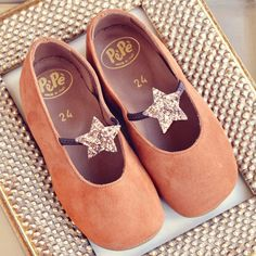 Pèpè Girls Caramel Suede Indoor Shoe with Bronze Glitter Star