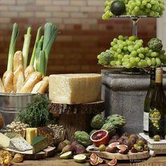 Uma mesa de queijos e vinhos é uma idéia deliciosa para dias frios como o de hoje.