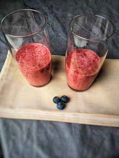 Bosvruchten mango smoothie, deze bosvruchten smoothie is lekker verfrissend en doordat je hem met diepvriesfruit maakt, kun je hem ook nu al maken.  Het recept vind je op organichappiness.nl of via de knop 'bezoeken'.