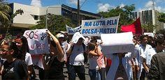 Cerca de cem estudantes protestam no Recife por melhorias na UPECom os rostos pintados de vermelho e azul, cores que remetem à Universidade de Pernambuco (UPE), cerca de cem universitários protestam, na manhã desta quarta-feira (3), por melhorias estruturais e assistenciais nos campi espalhados pela Região Metropolitana e Interior. Eles se concentraram desde as 8h na Praça da República e, às 10h, seguiram em direç.... Publicado em 03.04.2013, às 11h19 (Leia [+] clicando na imagem)