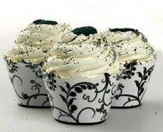 You'll get two looks for the price of one to add extra drama to your cupcakes with these black and white reversible cupcake wraps.