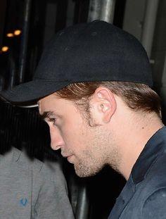 Robert  pode ter sido fotografado retirando seus pertences da casa de Kristen na segunda-feira em LA, mas isso não impediu a estrela de Crepúsculo de curtir uma noite com os amigos.