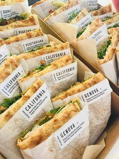 健康的な食事 健康的な食事 in 2020 Sandwich Bar, Deli Sandwiches, Bistro Food, Good Food, Yummy Food, Food Packaging Design, Cafe Food, Aesthetic Food, Food Design