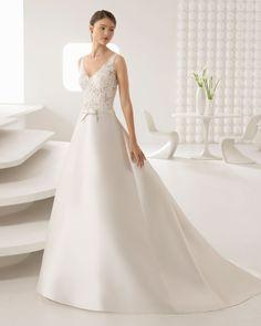 Vestido de novia estilo clásico en mikado y encaje pedrería con espalda escotada y transparencias. Colección 2018 Rosa Clará.