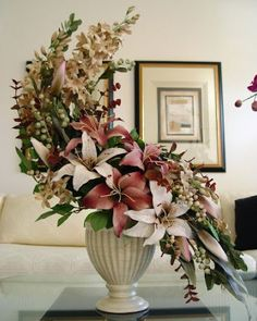 The fan flower arrangement is designed like its namesake. Fan-shaped floral arrangements generally consist of a line of flowers with long, straight stems, such as delphiniums and gladiolus. Altar Flowers, Church Flower Arrangements, Church Flowers, Fall Flowers, Floral Arrangements, Flowers Garden, Colorful Flowers, Types Of Flower Arrangement, Hotel Flowers
