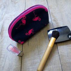 Étui à cosmétiques flamand roses - fait de tissus recyclés par JacquardVichy sur Etsy Creations, Roses, Scrap Fabric, Fabrics, Navy Fabric, Blowing Kisses, Pineapple, Bags, Pink