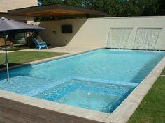 piscina con dos fuentes de cascada