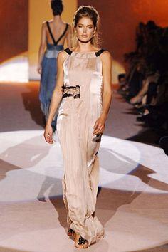 Alberta Ferretti Spring 2006 Ready-to-Wear Collection - Vogue Doutzen Kroes, Model Pictures, Alberta Ferretti, Fashion Show, Fashion Design, Modern Luxury, Catwalk, Ready To Wear, Runway