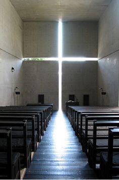 오사카 교외에 위치한 안도 다다오의 '빛의 교회'의 모습이다. 안도 다다오 건축의 특징인 무뚝뚝한 노출 콘크리트면과 절제된 빛의 수용이 이 작은 교회에도 충실히 담겨져 있다. 전체적 구성은 예배하는 공간과 주일학교 등의 부대시설의 쓰임으로 크게 나눠져 있다고 한다. '빛의 교회'인 만큼 예배당으로 들어오는 십자가의 빛이나 주일학교실안으로 들어오는 간접적인