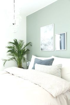 Neutral minimal bedroom decor with white bedding and pale green walls – Dream Bedroom – Bedroom Ideas Pale Green Bedrooms, Green And White Bedroom, Green Bedroom Walls, Green Bedroom Decor, Green Rooms, Decor Room, Home Decor Bedroom, Green Walls, Bedding Decor