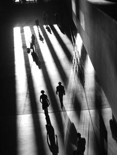 """""""À la sortie de la Tate modern à Londres, le soleil de fin de journée offrait un séduisant jeu d'ombres et de lumières. Cette ambiance créait ainsi, grâce aux personnages, une véritable scène de polar tout doit sortie des années 50...""""  """"Jeu d'ombre"""" - photographie artistique contemporaine. Noir et Blanc. Disponible en tirages et encadrements faits à la main à partir de 33€"""