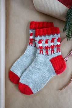 Knitting Patterns Slippers Spruce Socks - Knee a Warm Christmas Gift Diy Crochet And Knitting, Crochet Socks, Knit Mittens, Knitting Socks, Baby Knitting, Knitted Hats, Christmas Knitting, Christmas Sweaters, Knitting Projects