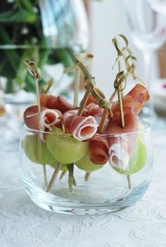 Prosciutto and Melon Skewers. Thread 1 melon ball and 1 prosciutto slice, onto 4 inch wooden skewers. Snacks Für Party, Appetizers For Party, Appetizer Recipes, Toothpick Appetizers, Snacks Recipes, Healthy Recipes, Prosciutto Crudo, Prosciutto Appetizer, Melon And Proscuitto