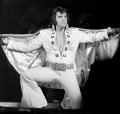 Os macacões brancos, que marcaram a fase final da carreira de Elvis, foram criados por ele mesmo, inspirados nos quimonos de karatê. O cantor era faixa preta no esporte, e queria se destacar entre os outros astros do período, como Frank Sinatra, Sammy Davis Junior e Dean Martin, que usavam terno em suas apresentações
