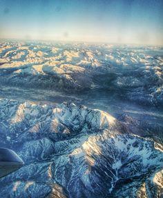 Vai viajar de avião na região dos Alpes?  Vá na janela!! A vista é maravilhosa e dependendo da rota o avião passa bem pertinho!   Essa foto foi tirada no vôo da Alemanha para Itália. Não dá vontade de parar de olhar!  #comospesnomundo #Europa #Alemanha #Italia #Alpes #montanhas #Viajar #Avião #travelblogger #travelgram #instatravel #traveligers #paisagem #vista #cordilheira #mountains