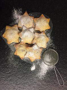 Biscotti di pasta frolla con uvetta, mele e marmellata
