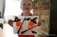 Voici une idée bricolage agréable à faire avec votre enfant pour la fête de l'Halloween! Théo, 2 1/2 ans, a pris plaisir à le faire avec moi, du moins, durant les dix premières minutes! ;) Amusez-vous! Matériel dont vous avez besoin pour réaliser ce bricolage d'Halloween:   Une feuille blanche ou cartonnée d'au moins 8 1/2 x 11 Halloween Noir, Playing Cards, Games, Voici, Death, Orange Painting, White Paint Color, Small Pumpkins, Playing Card Games